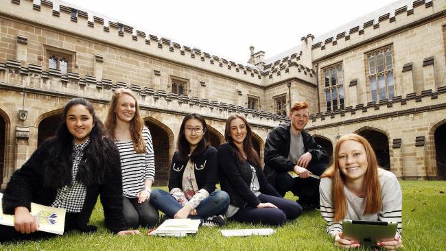 Sinh viên đại học Melbourne, Úc. Ảnh: Herald Sun.