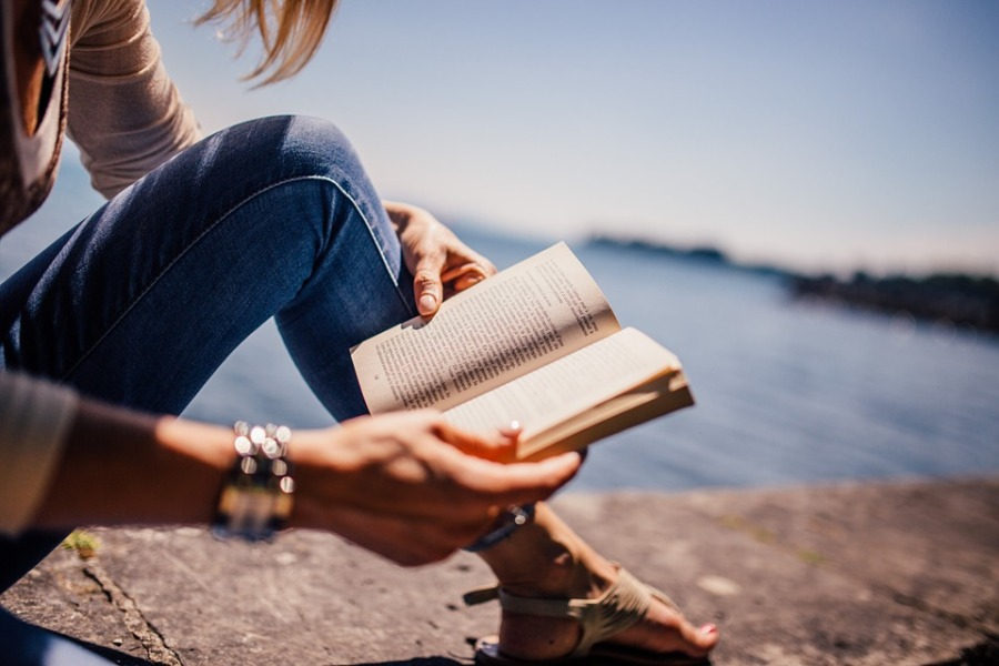 reading-woman-beach
